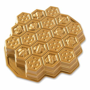 Forma na pečení ve tvaru medové plástve ve zlaté barvě Nordic Ware Bee, 2,4l